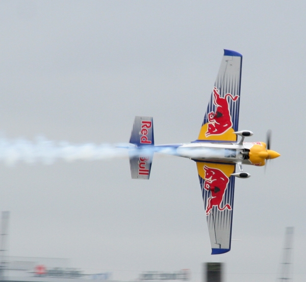 Peter_Besenyei_Red_Bull_Air_Race_London_2008_(1)